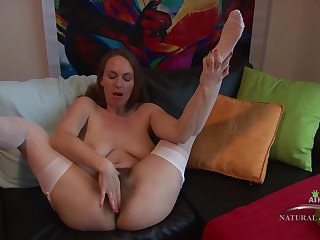 Bug hinie lady with an extremely bushy pussy, Erin Eden is masturbating move up be transferred to camera