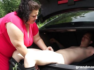 Mature beamy nympho picks up one skinny little shaver for sexual purposes
