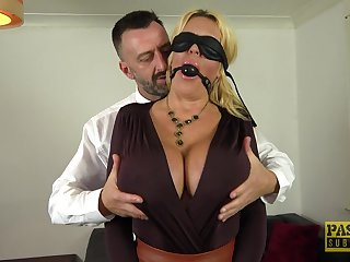Submissive cougar gets the dick with regard to in both her tight holes