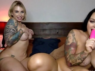 Inked lesbians play with ever other's pussies be proper of a linger show